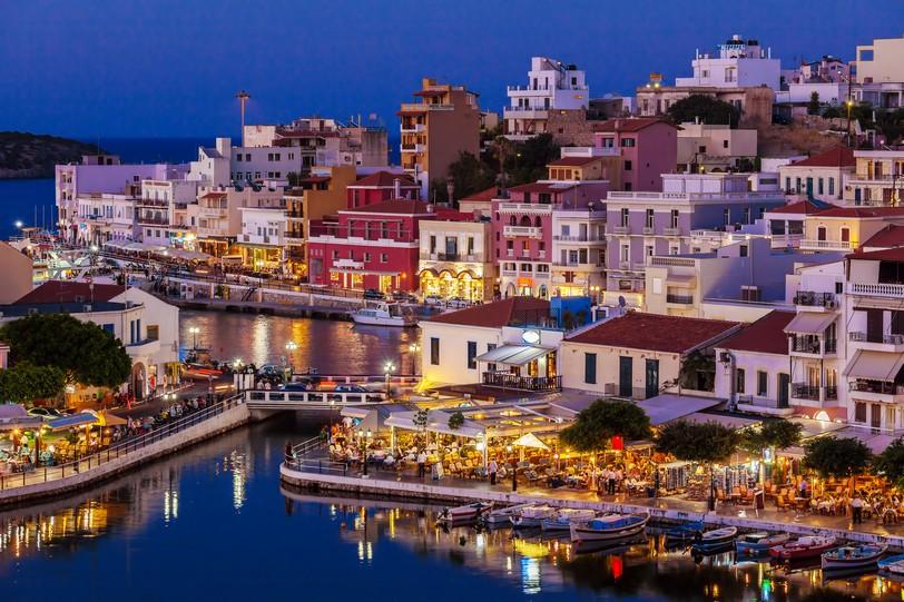 Агиос-Николаос_Agios Nikolaos City and Voulismeni Lake at Night Crete, Greece shutterstock_483605002.jpg