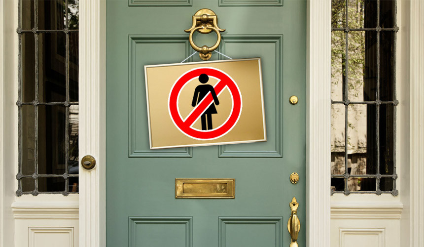 На двери британского отеля висит табличка «Женщинам здесь не рады»