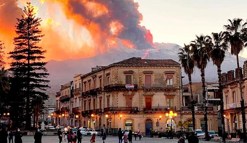 На Сицилии любуются извержением вулкана без туристов