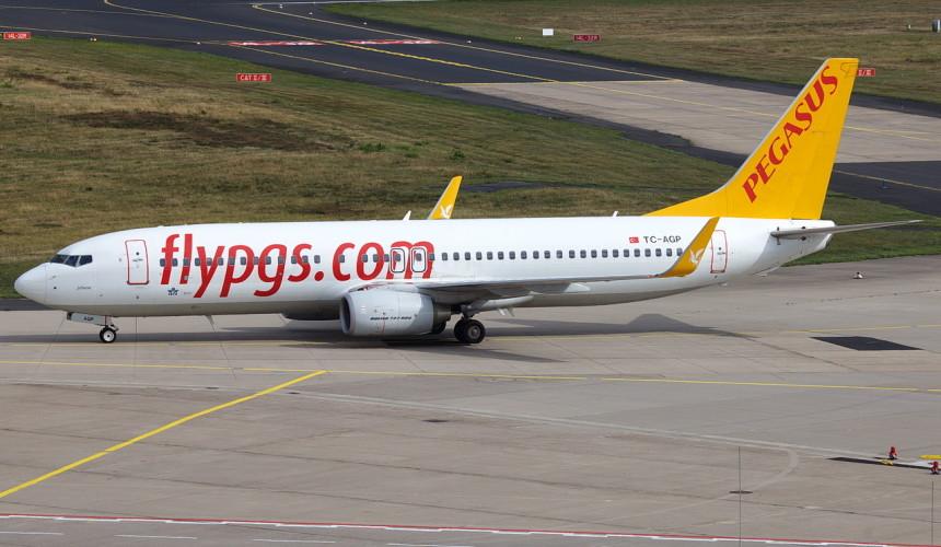 У самолета с российскими туристами в полете отказал двигатель
