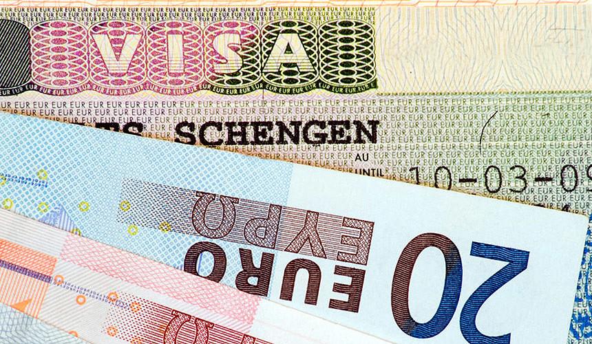 Визы в Европу для россиян подорожают на 20 €