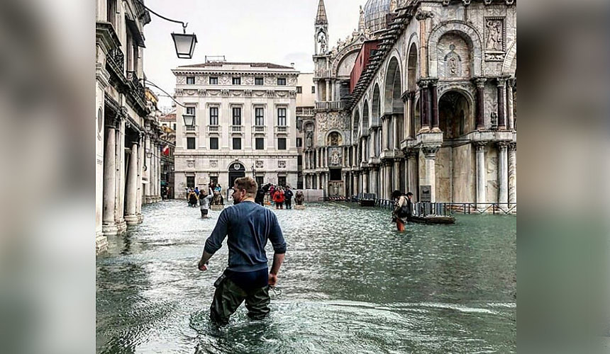Туристы в Венеции ходят по колено в воде