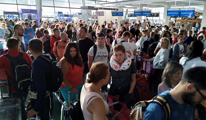 Туристы жалуются на очереди в аэропорту Пхукета