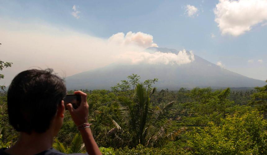 Тысячи туристов, отдыхающих на острове Бали, эвакуируют в Индонезии