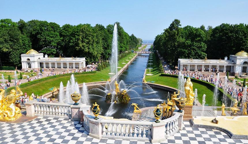 Российские туристы выбирают между Сочи и Петербургом на майские