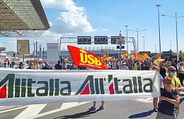 Сотрудники Alitalia начали забастовку и перекрыли дорогу к аэропорту Рима