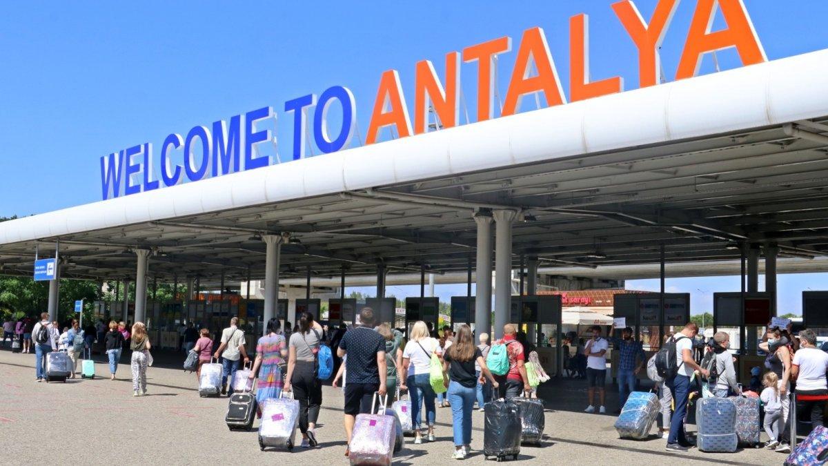 Более 2 миллионов российских туристов прилетело в Анталью с начала года