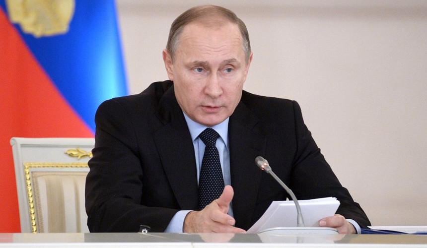Путин подписал закон о сокращении срока оформления загранпаспорта