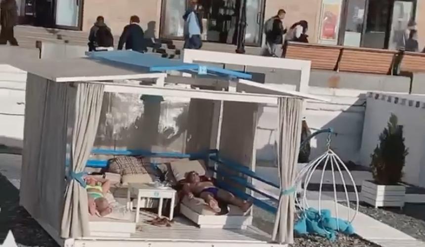 Погода в Сочи позволила позагорать туристам